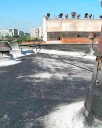 На крышу нанесена свежая битумная мастика