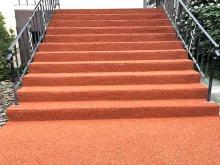 Лестница с покрытием из резиновой крошки