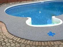 Мокрая зона у бассейна из резиновой крошки